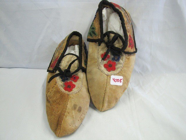 4008: Pair Indian Moccasins w/ beads