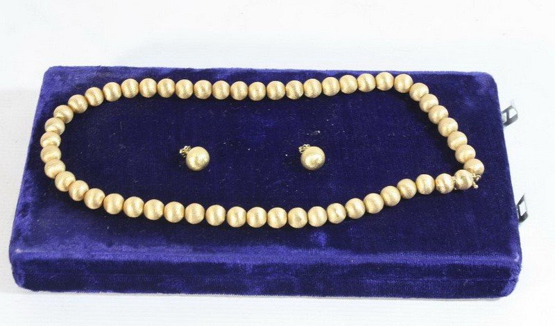 10A: 18 Kt. Beaded Necklace and earrings 55 DWT