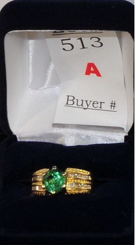 513A: Ladies 28kt yellow gold ring with 1.90 ct green M