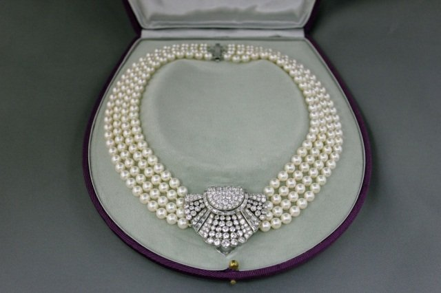 25: French White Gold Diamond Clip on Pearl Choker