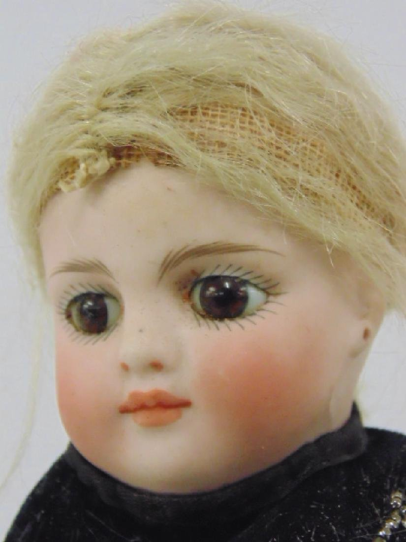 Bisque doll, porcelain head & arms, in ethnic dress - 5