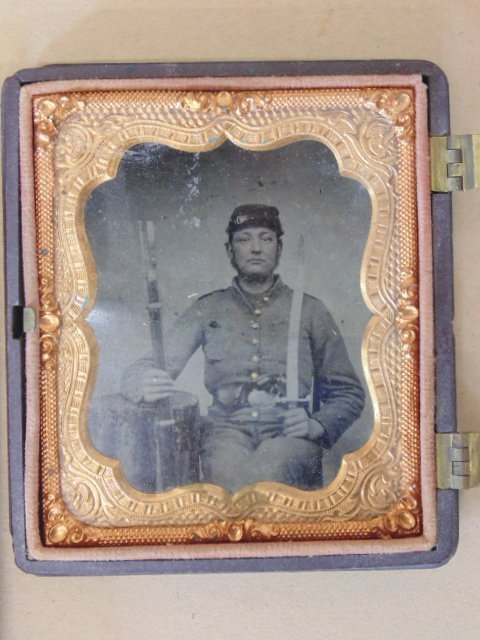 Tin type, portrait soldier with rifle, in hard case