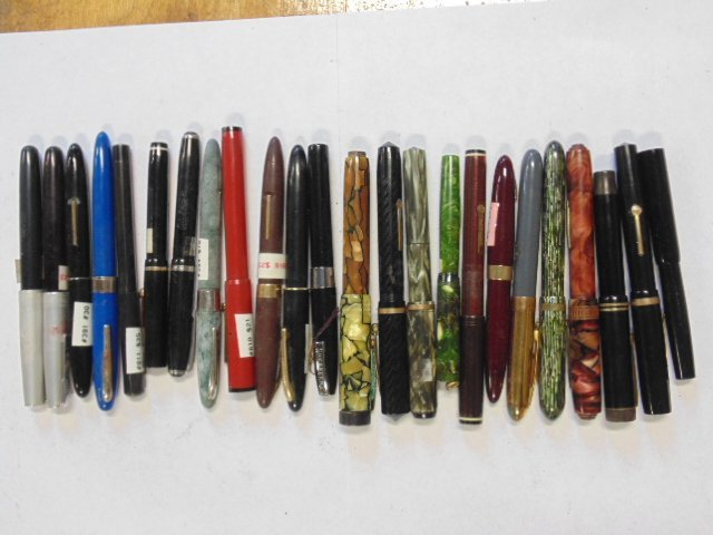 Lot 24 misc. vintage fountain pens, Parker & more