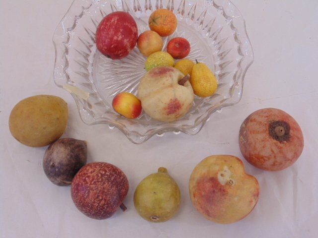Lot of handpainted, carved marble fruit - 3