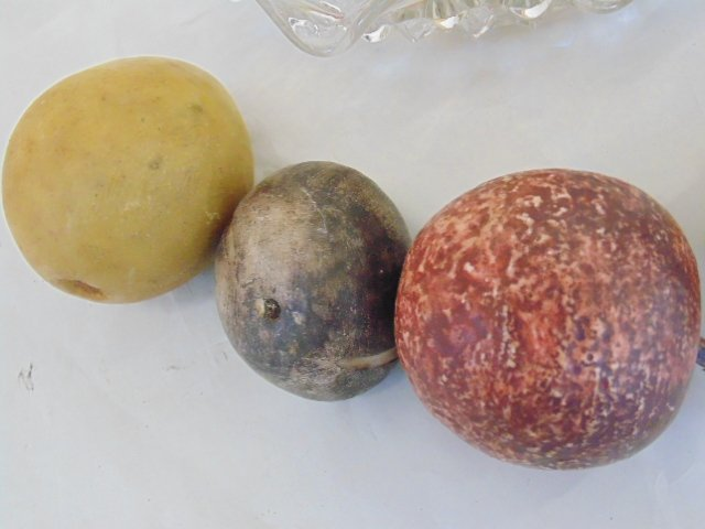 Lot of handpainted, carved marble fruit - 5