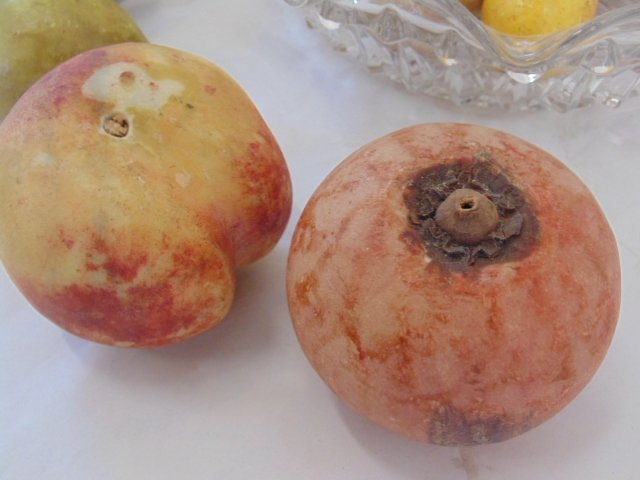 Lot of handpainted, carved marble fruit - 6