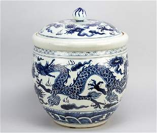 Large Chinese porcelain pot with lid in Ming style