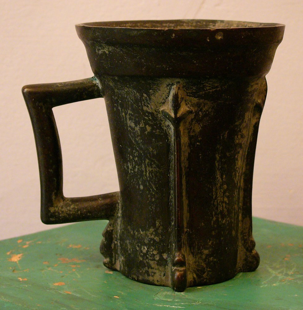 Bronce Mortar in Gothic form with one handgrip and thre