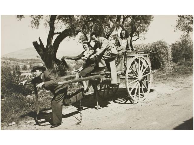 3: Man Ray, Nusch Éluard y la señora Cuttoli en un carr