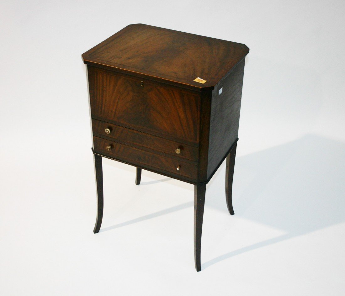 718: A small inlaid and crossbanded mahogany Ladies Wor