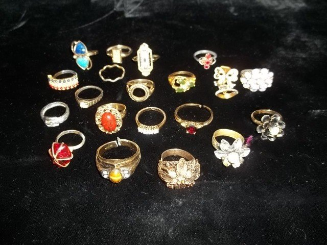 88: Large Costume Jewelry Ring Lot