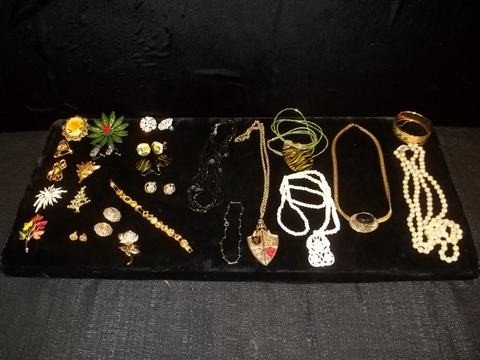2: Costume Jewelry Lot