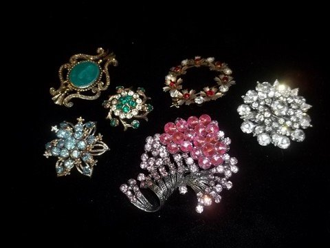 6: 6 Rhinestone Brooches