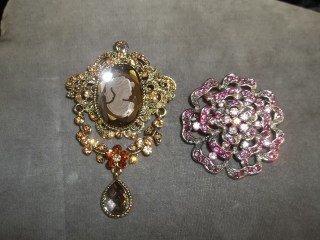 9: Cameo & Flower brooch