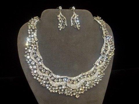 17: Gorgeous Rhinestone Necklace Earing Set