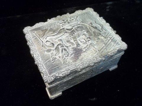 18: Old Oriental Jewel Box w/wood liner