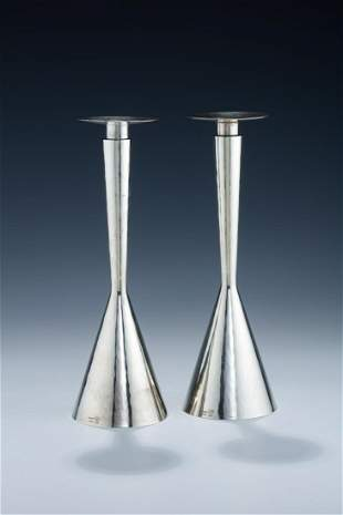 A PAIR OF STERLING SILVER CANDLESTICKS BY TAS WORKSHOP