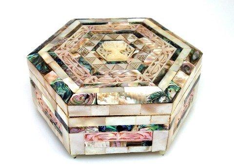 10: A MOTHER OF PEARL TRINKET BOX. Jerusalem, c. 1930.
