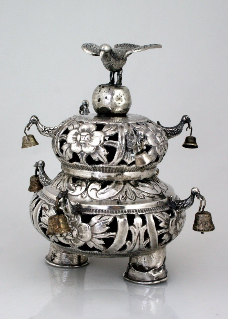 20: A SMALL STERLING SILVER TORAH CROWN. American, c.19