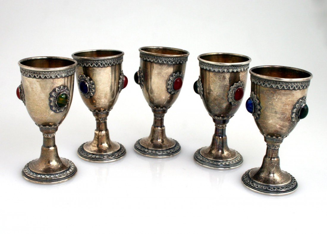 44: A SET OF FIVE STERLING SILVER KIDDUSH GOBLETS. Isra