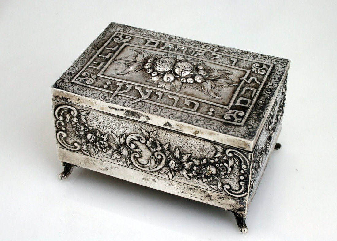 58: A LARGE SILVER ETROG BOX. Germany, c. 1920.