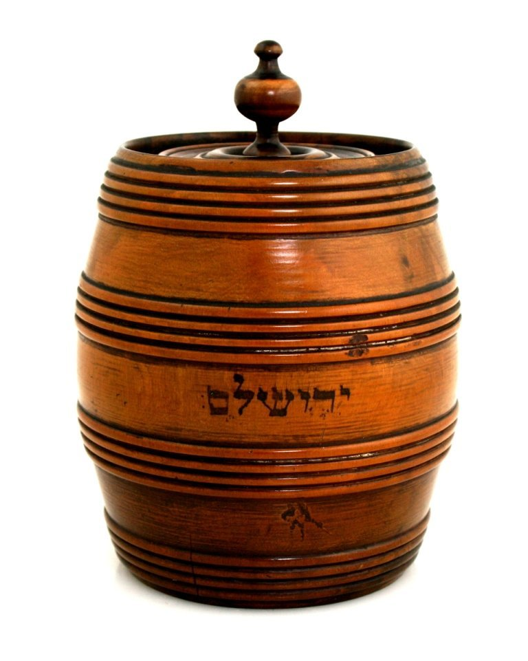 2: A LARGE OLIVEWOOD TEA CADDY. Jerusalem, c. 1920.