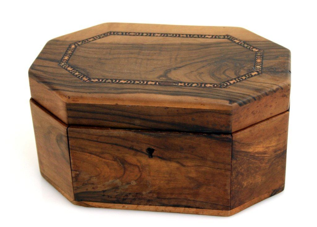 A LARGE OLIVEWOOD ETROG BOX. Jerusalem, c. 1910. On oct