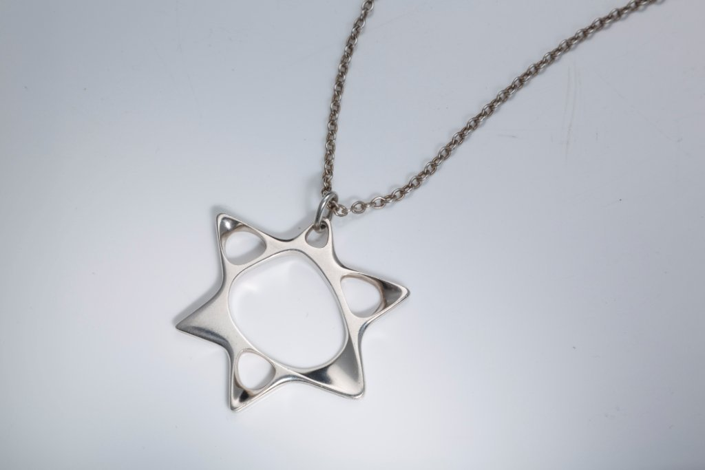A STERLING SILVER PENDANT AND CHAIN BY GEORG JENSEN. De