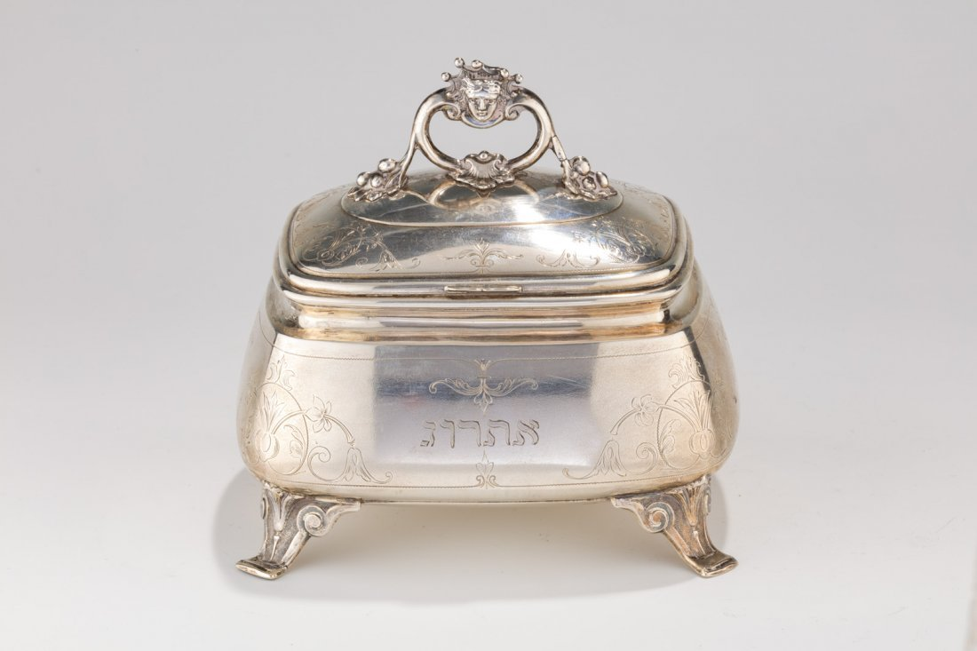 A LARGE SILVER ETROG CONTAINER. Vienna, c. 1900. On