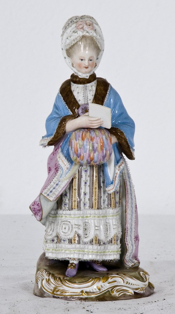 13: MEISSEN PORCELAIN FIGURE OF A WOMAN