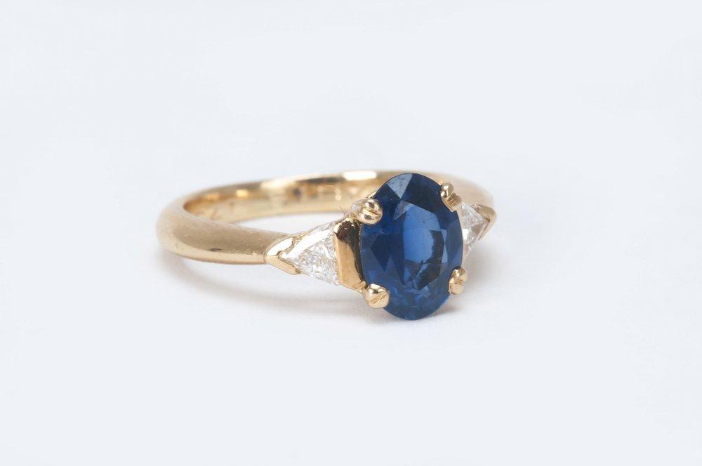 CHAUMET 18 KARAT GOLD, DIAMOND & SAPPHIRE RING