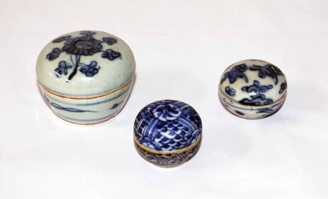 Three Chinese miniature blue and white boxes