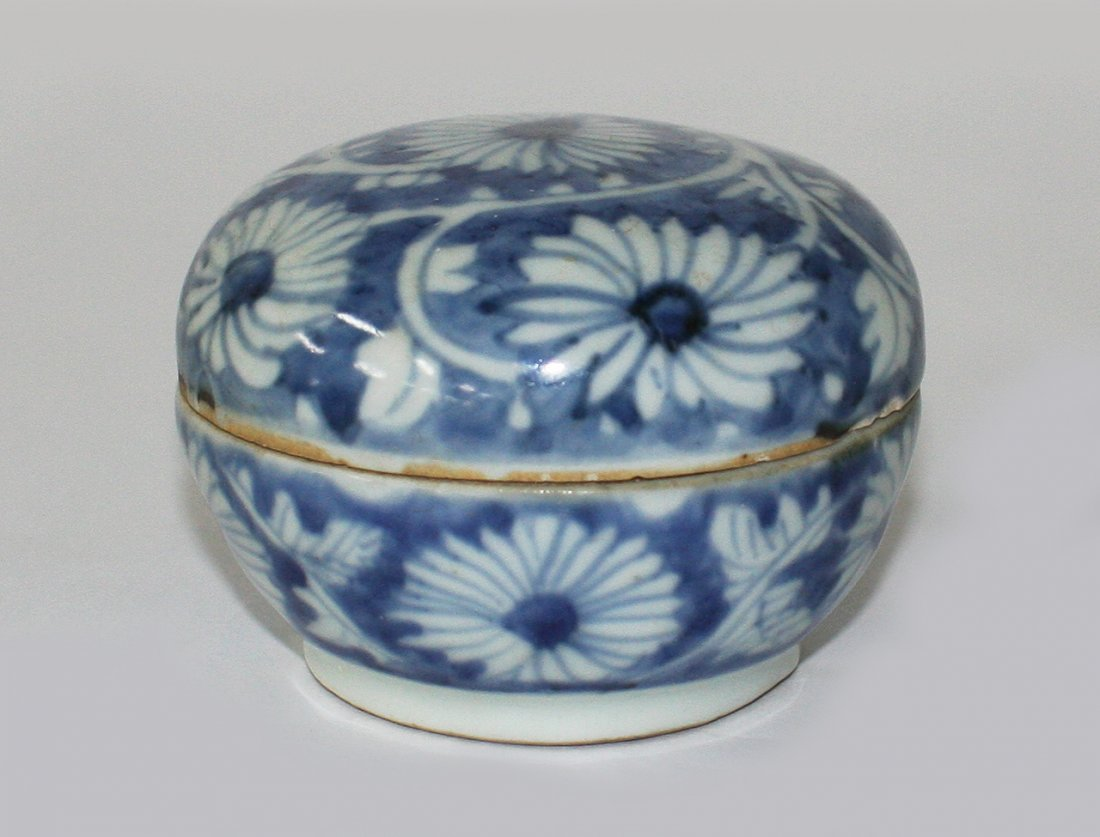Chinese blue and white circular box and cover