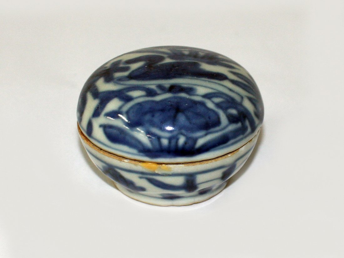 Small Chinese blue and white box and cover