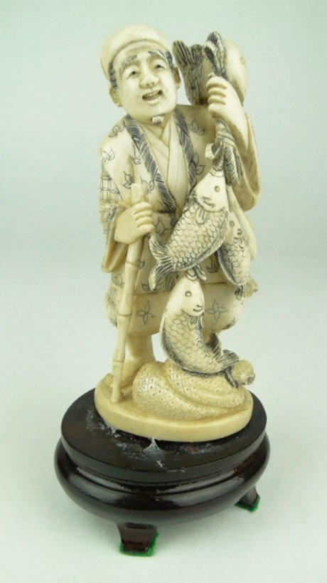 7: ANTIQUE CARVED CHINESE IVORY FISHERMAN