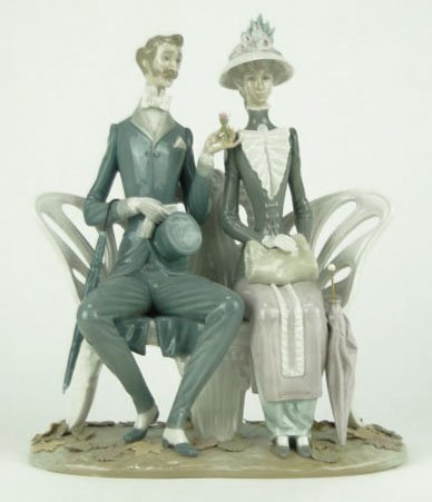 83: LLADRO LOVERS IN THE PARK PORCELAIN FIGURINE