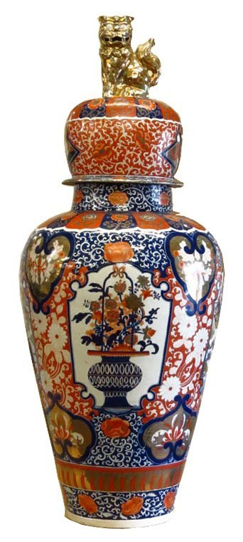 ANTIQUE IMARI LARGE PALACE URN.