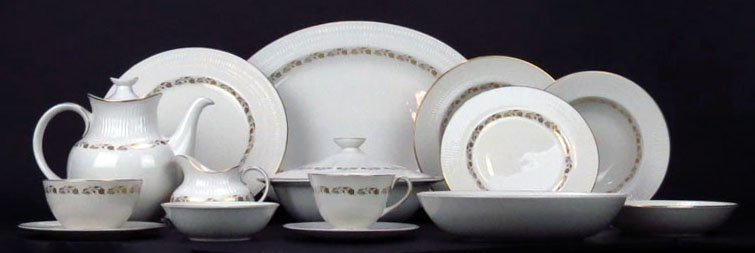 LARGE SET OF ROYAL DOULTON DINNER SET