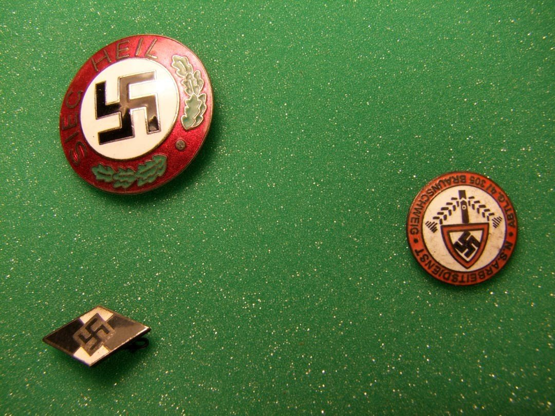 169: Nazi Arm Band And Pins - 4