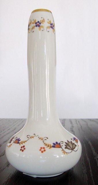 19: A porcelain vase with floral motif
