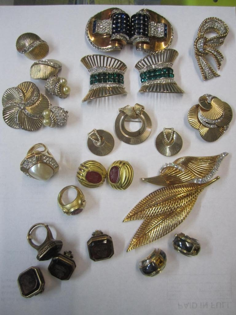 21: Lot Assorted Costume Jewelry