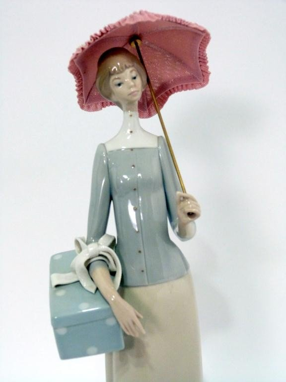 40: Lladro Figure of Lady with an Umbrella - 2