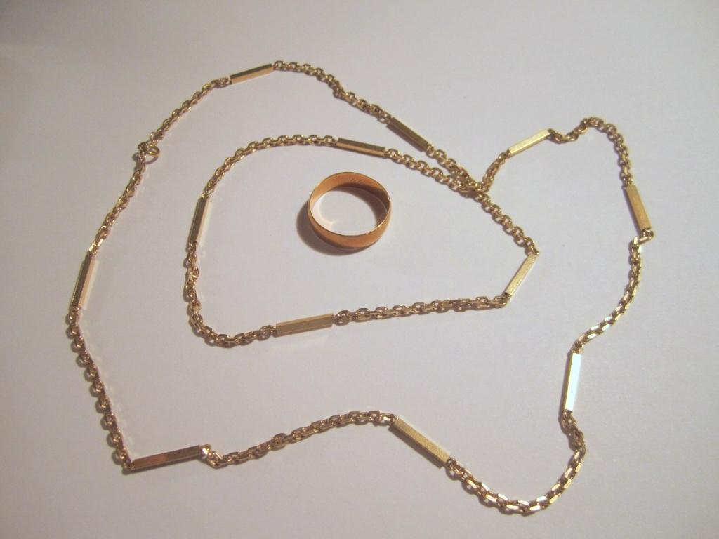 24: 585 Gold Chain and 18b Gold Wedding Band