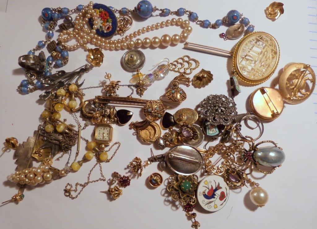 25: Assorted Lot Costume Jewelry