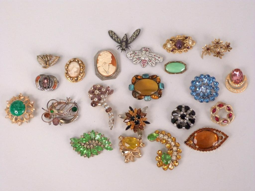 Assorted Costume Jewelry Pins & Brooches