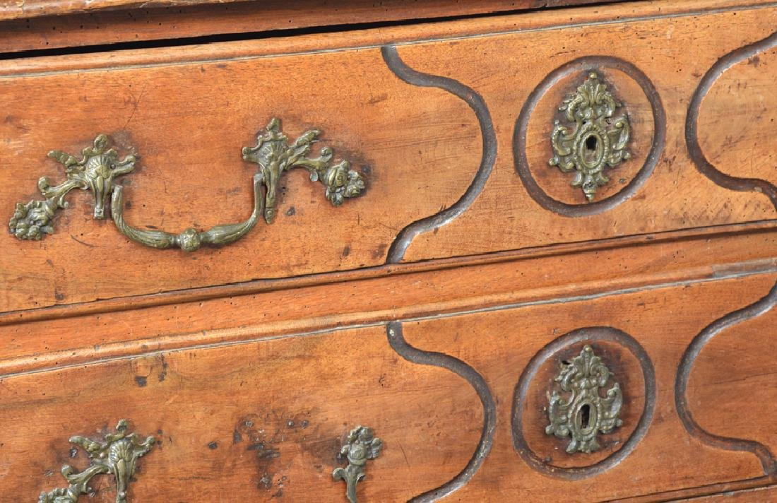 French Provincial Walnut Chest of Drawers, 18th c. - 2