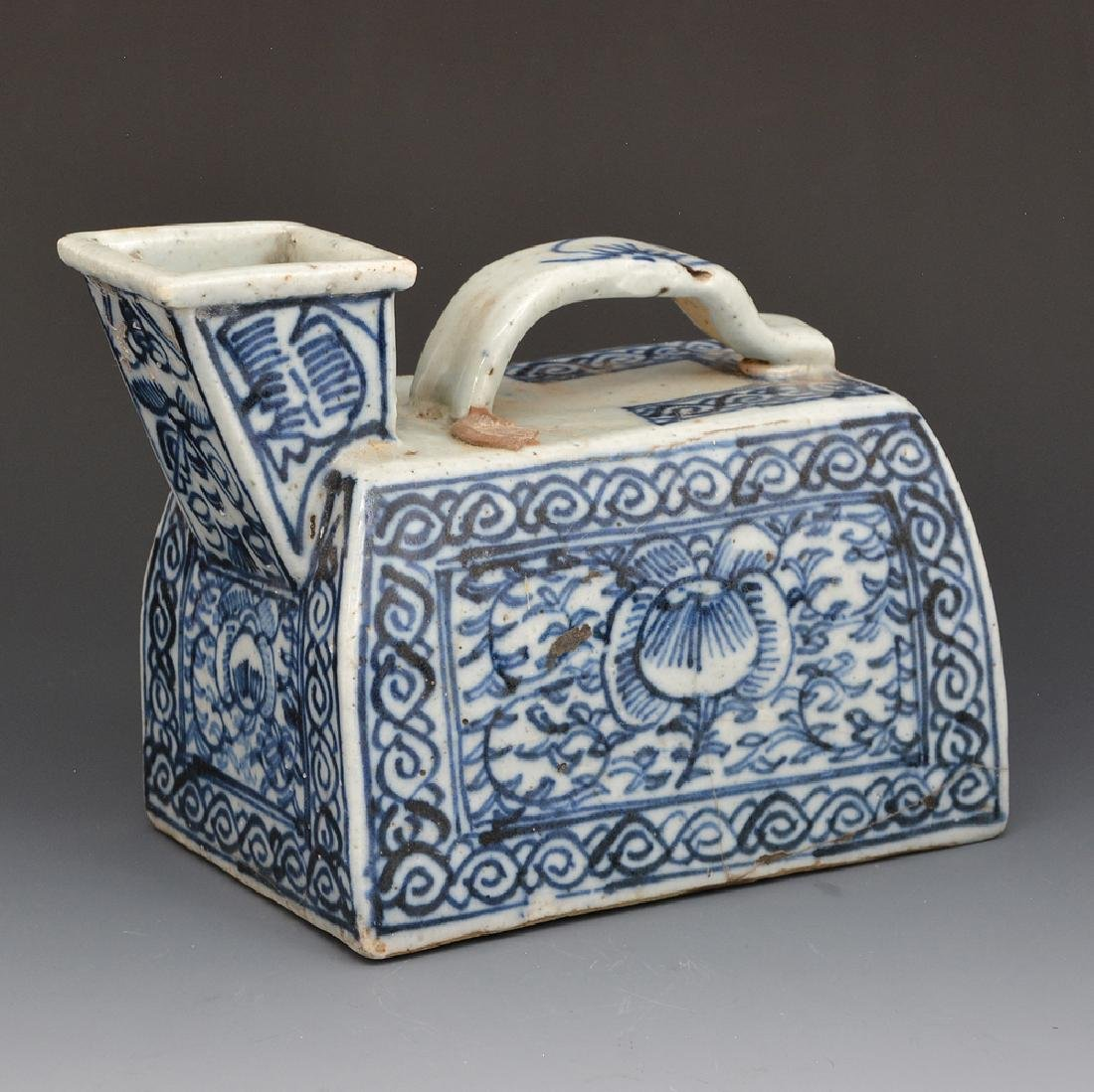 Chinese ceramic blue and white urinal pot