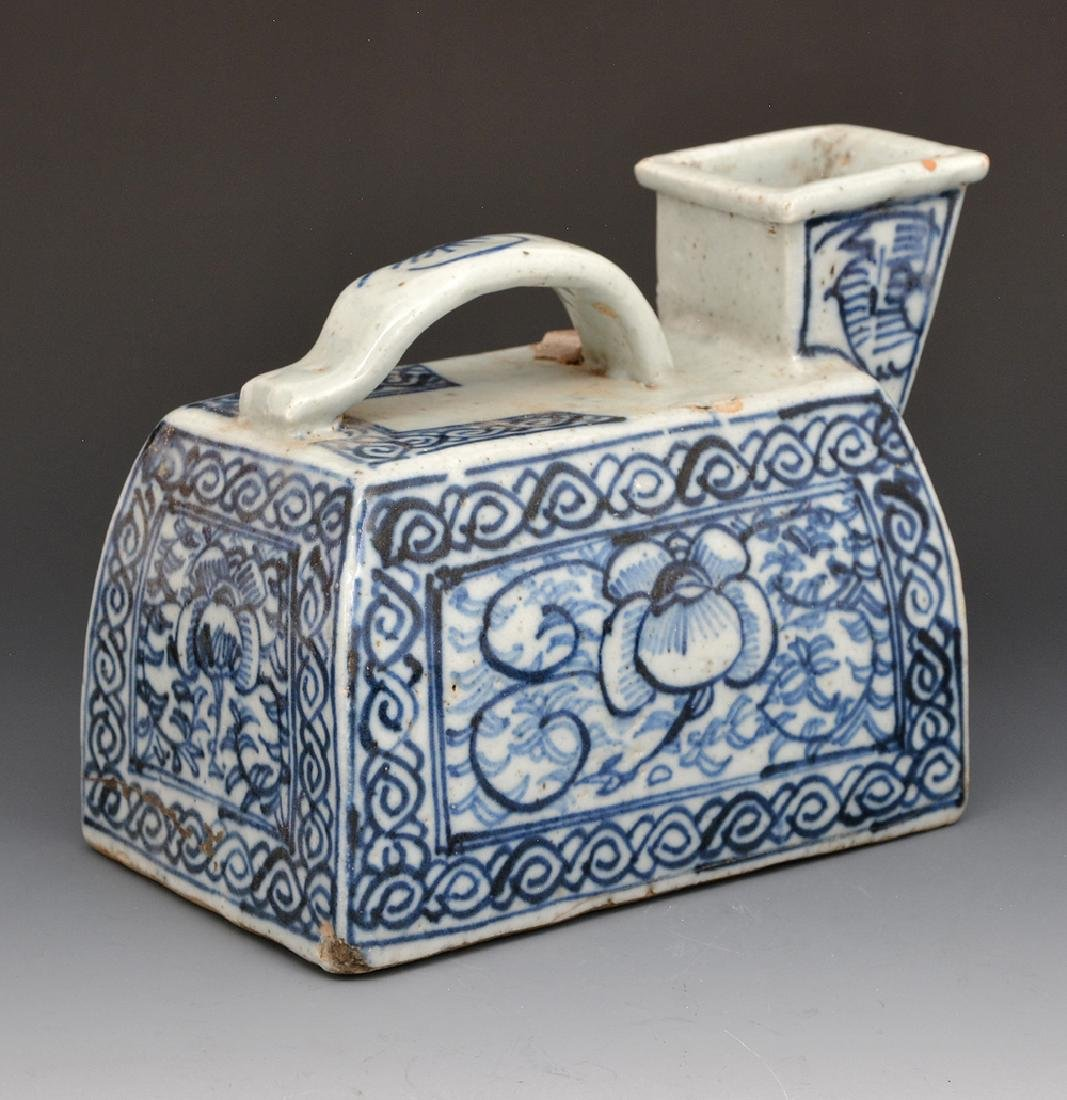 Chinese ceramic blue and white urinal pot - 2
