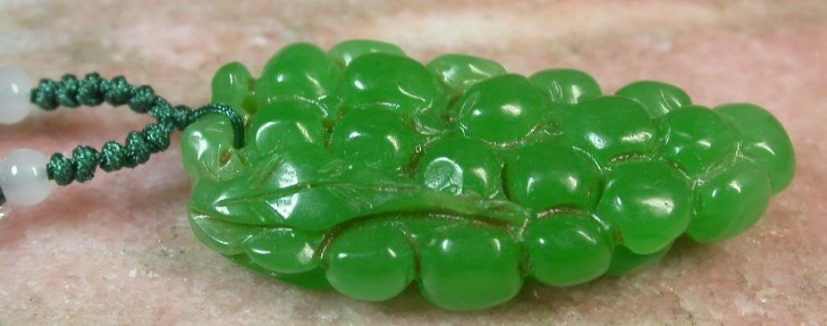 CHINESE GREEN CARVED JADE PENDANT BUNCH of GRAPES