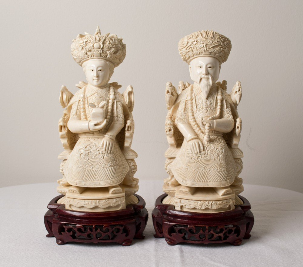 1039: A FINE PAIR CHINESE CARVED IVORY FIGURES